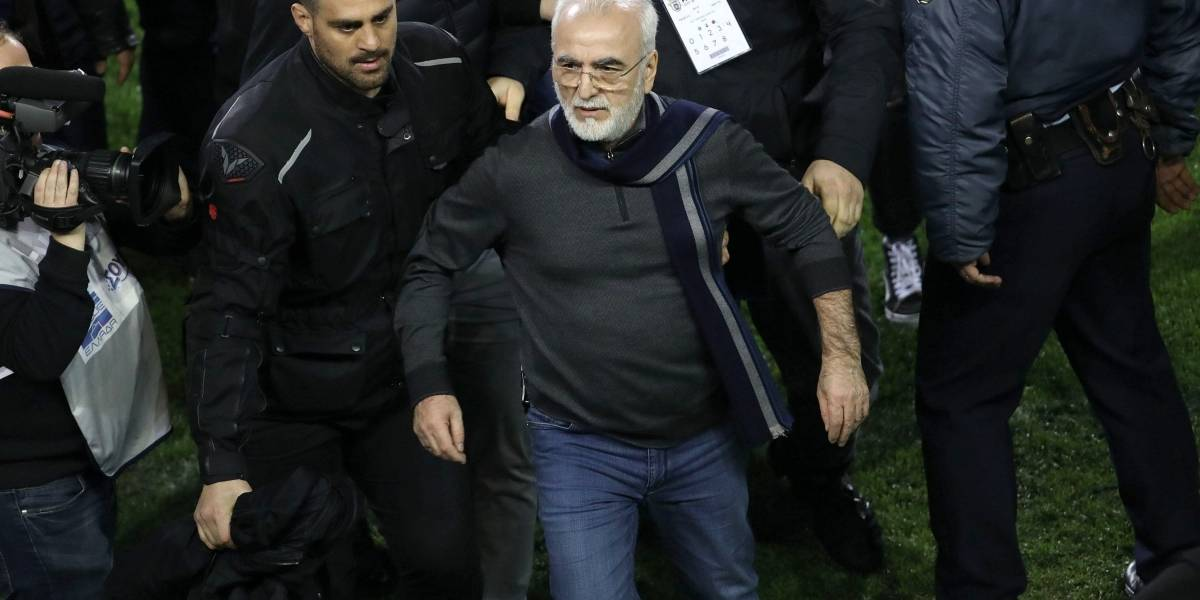 Suspenden la Liga de Grecia por presidente que entró al campo con una pistola