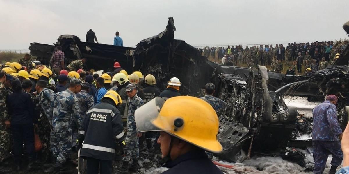 Impactantes imágenes: avión con 71 personas se incendia tras aterrizar en Nepal y se desconoce el número de fallecidos