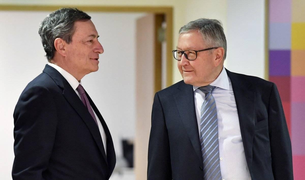 El presidente del Banco Central Europeo Mario Draghi, izquierda, habla con el director gerente del Mecanismo Europeo de Estabilidad Klaus Regling durante un encuentro con ministros del eurogrupo en la sede del Concejo Europeo en Bruselas el lunes 12 de ma