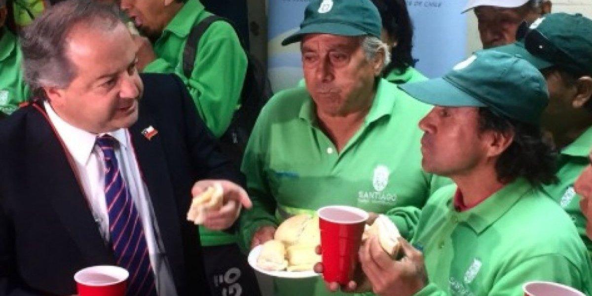 """Ministro del Trabajo en desayuno con barrenderos: """"tendremos mejores pensiones"""""""