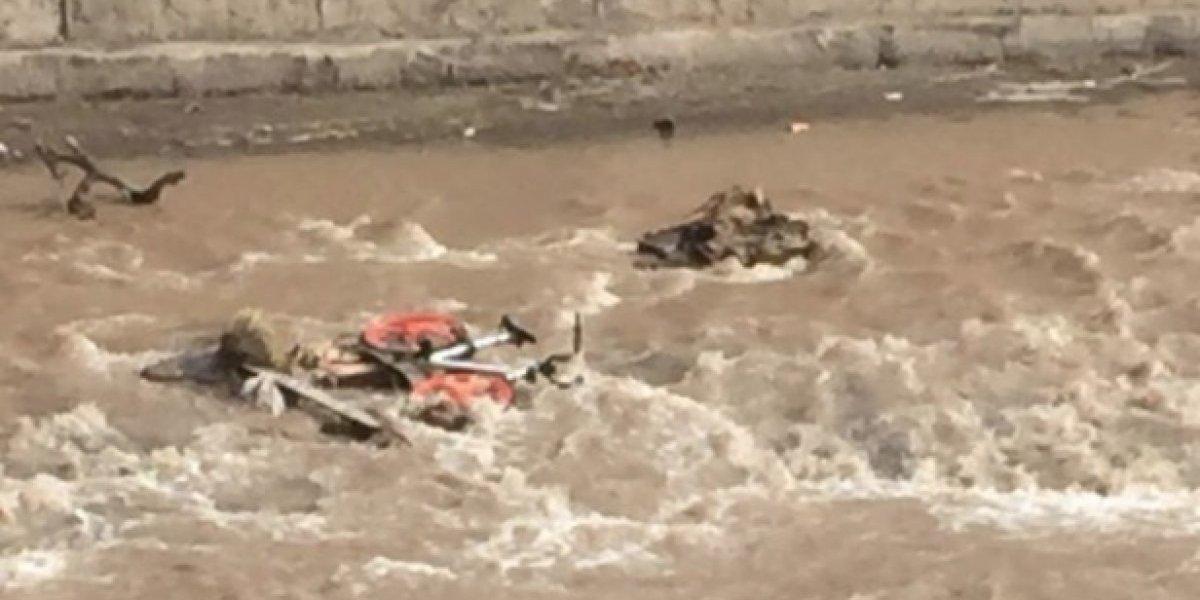 Parece que no están entendiendo: los extraños lugares donde han aparecido las Mobike después que lanzaran una al río Mapocho
