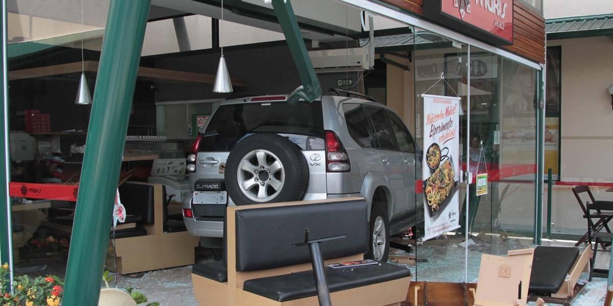 Carro perde controle e invade temakeria em Campinas