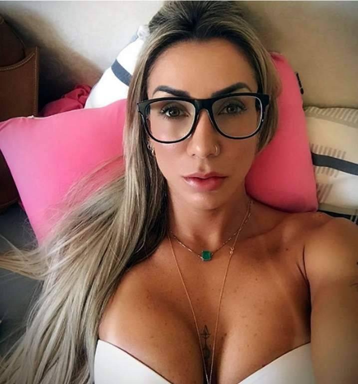 Viciada em auto-ajuda, seu Instagram mostra uma mulher obcecada com a exibição de qualquer posição e cena. Reprodução/Instagram