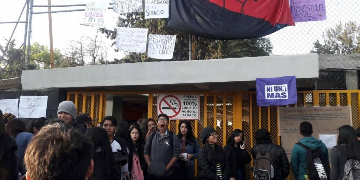 Bloquean puertas de Prepa 5 por acoso sexual de maestro a alumna