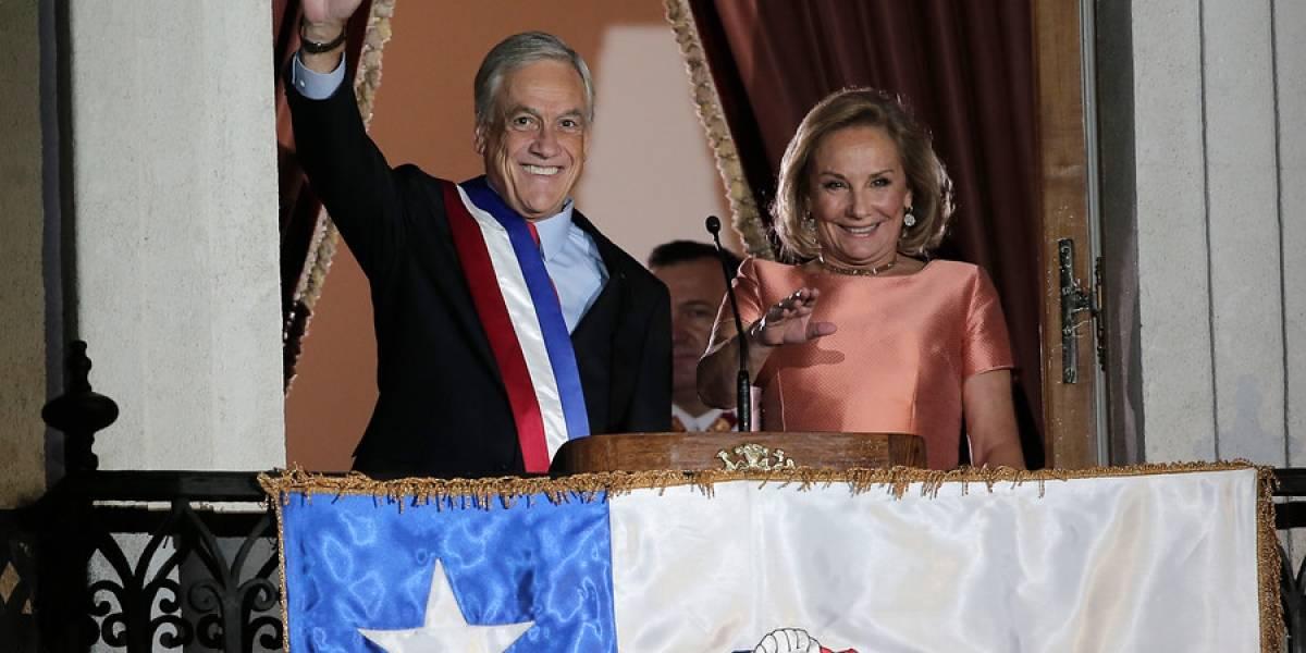 """""""¿Emocionado con las palabras del jefe?"""": la acción del edecán de Piñera que llamó la atención en redes y desató la creatividad de tuiteros"""