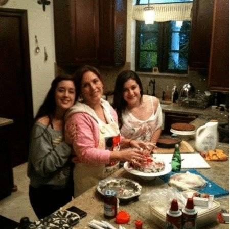 Angélica Vale y las hijas de su esposo Foto: Instagram