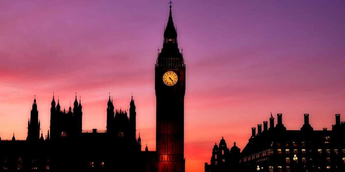 Paquete sospechoso en parlamento de Londres deja 2 heridos