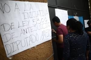 manifestantescongresoencadenado9-8297270cc24d50171108b7a62447f169.jpg