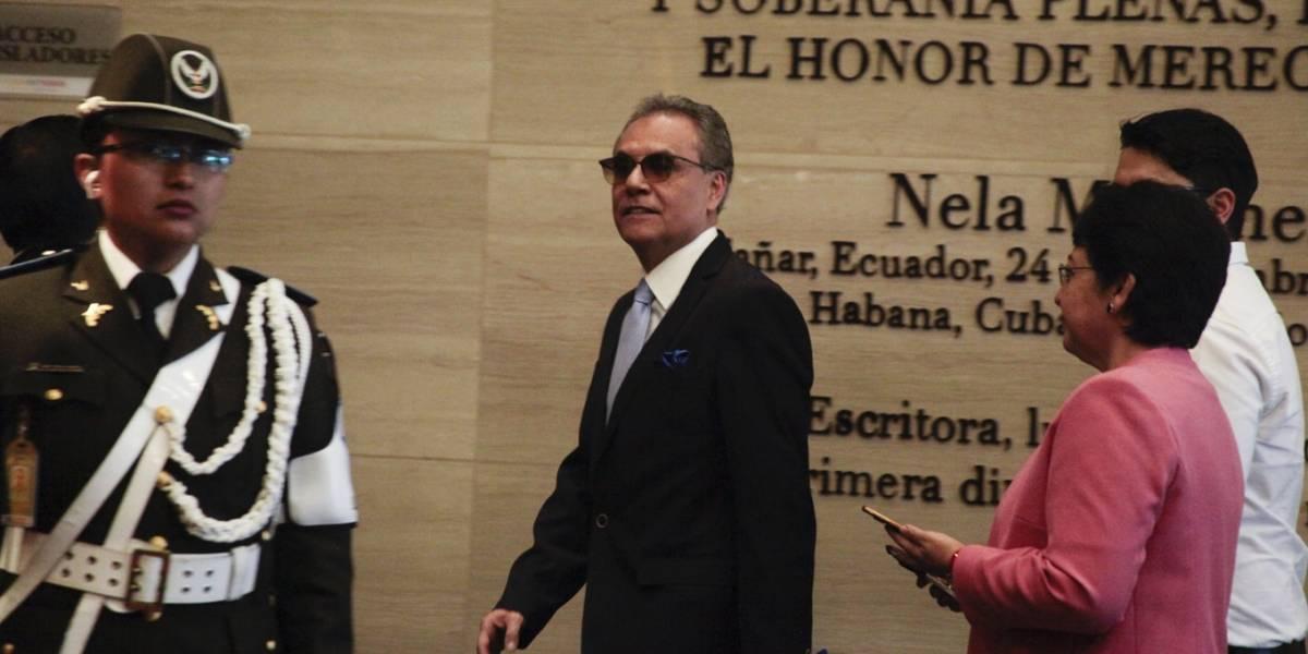 Informe y tres cambios de orden del día alargan la censura de Ochoa