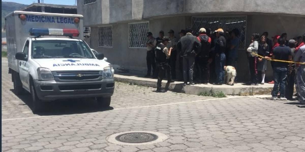 Quito: Policía halló a dos hombres muertos dentro de una auto