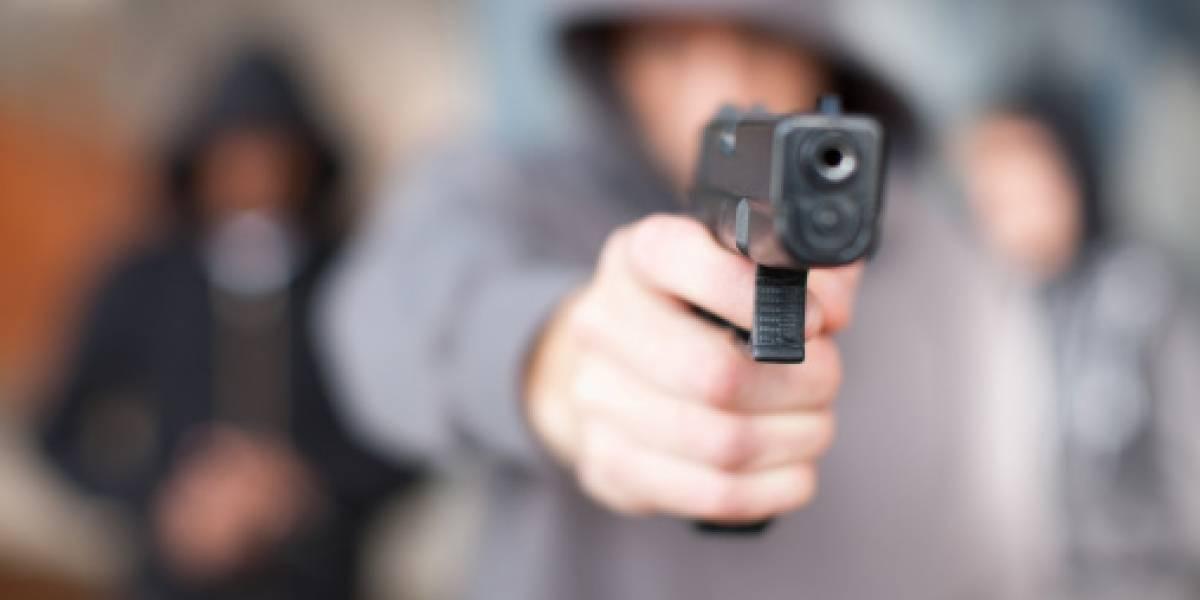 Mientras esperaba el bus, joven recibió dos balas perdidas
