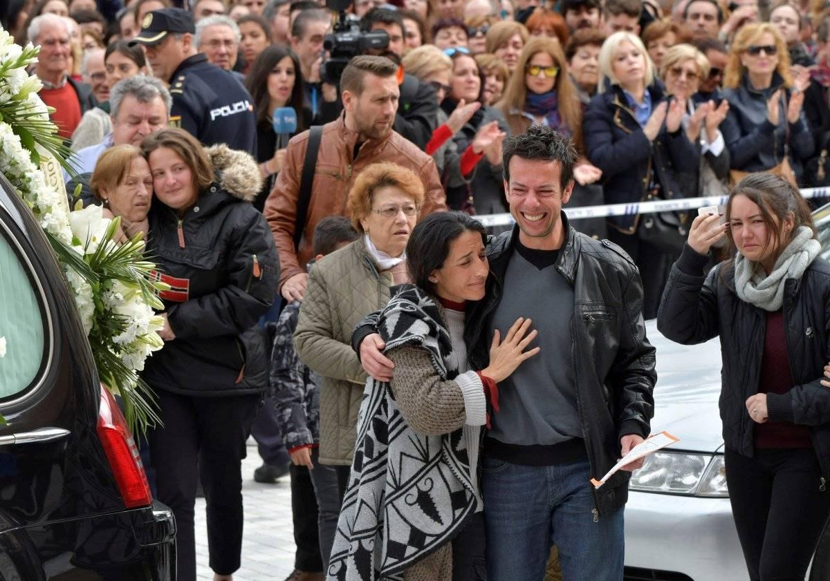 Los padres de Gabriel Cruz acompañan el féretro a la entrada de la Catedral de Almería. EFE