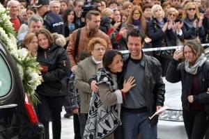 Los padres de Gabriel Cruz acompañan el féretro a la entrada de la Catedral de Almería.