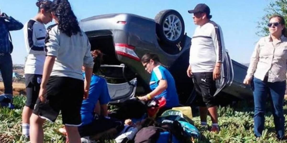Jugadoras de Gallos Blancos sufren aparatoso accidente en la carretera
