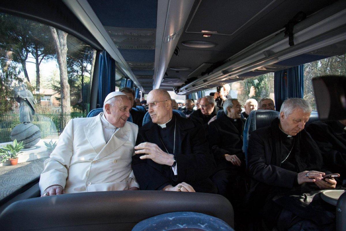 En esta foto de archivo del 27 de febrero de 2015, el Papa Francisco, a la izquierda, habla con el cardenal Tarciso Bertone sentado en un autobús al final de una semana de retiro espiritual de Cuaresma en Ariccia, en las colinas que dominan Roma. Foto: AP