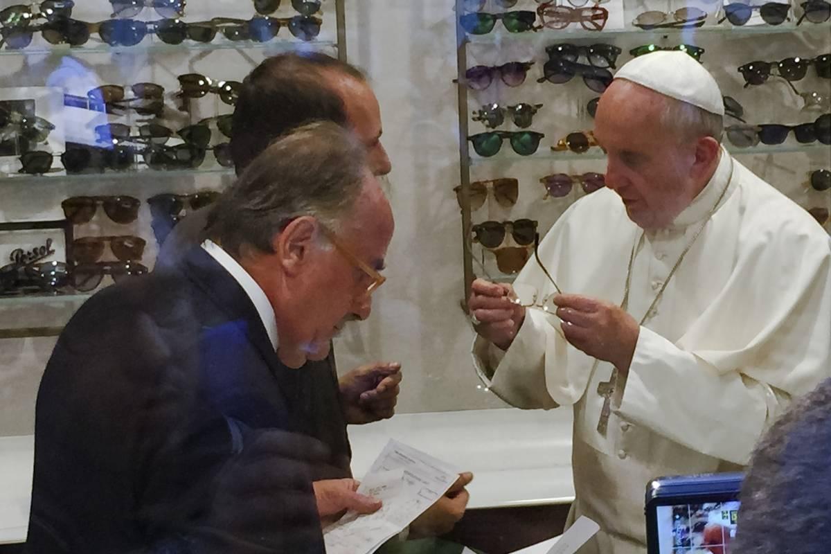 Se prueba un par de gafas en una tienda de anteojos en via del Babuino, en el centro de Roma. (Foto del 3 de septiembre de 2015) Foto: AP