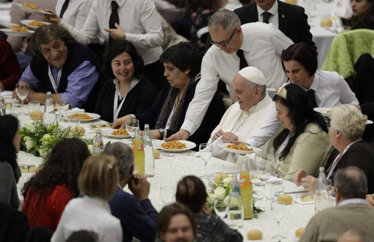 Al Papa Francisco se le sirve gnocchetti durante un almuerzo con varios cientos de personas pobres, en el Vaticano en el Día Mundial de los Pobres. (19 de noviembre de 2017) Foto: AP