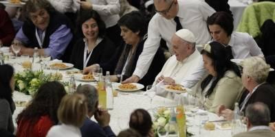 En esta foto de archivo del 19 de noviembre de 2017, al Papa Francisco se le sirve gnocchetti durante un almuerzo con varios cientos de personas pobres, en el Vaticano en el Día Mundial de los Pobres.