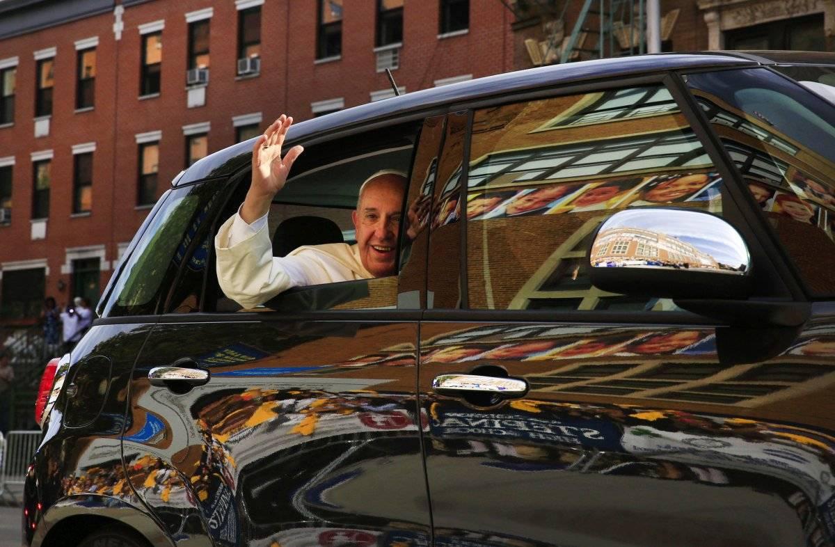 Llega a su automóvil para visitar la Escuela Our Lady Queen of Angels en el vecindario de Harlem en Nueva York. (foto de archivo del 25 de septiembre de 2015) Foto: AP