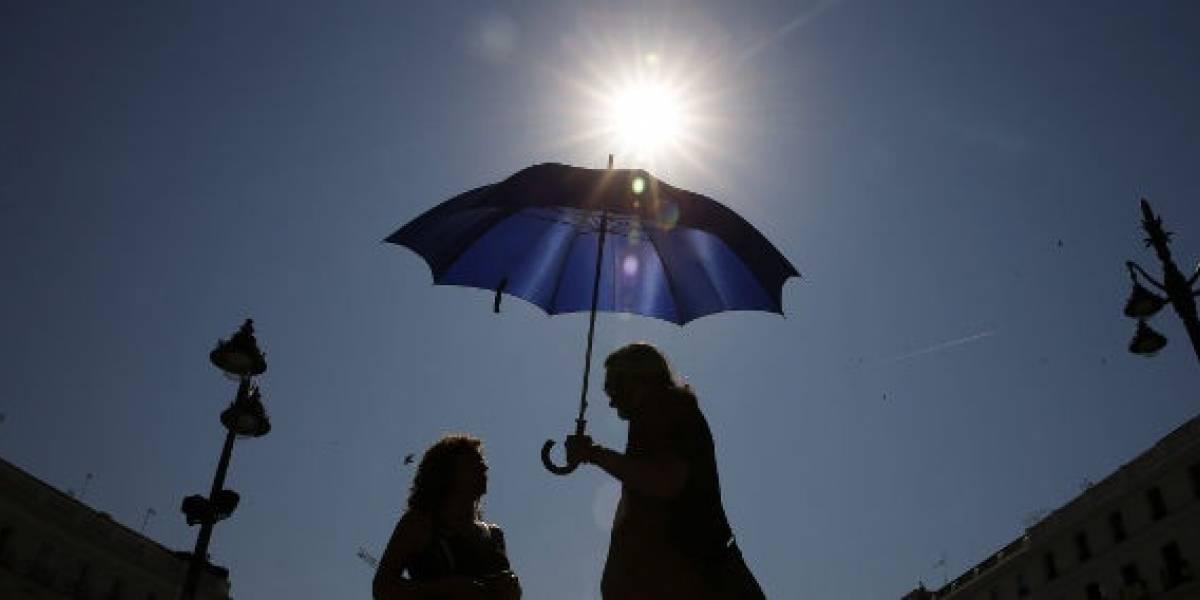 Evita exponerte directamente a los rayos del sol este martes
