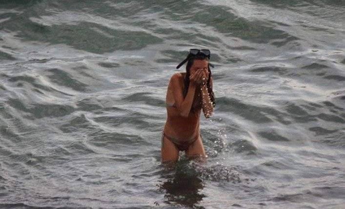 Turista tuvo a su hijo en el mar