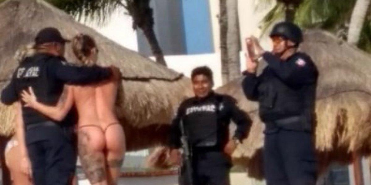 Policías realizaban operativo en playa de Cancún y lo abandonaron para tomarse fotos con turistas en topless