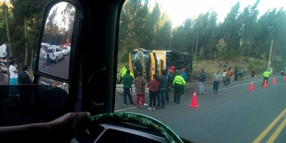 Nueve heridos tras volcamiento de bus interprovincial