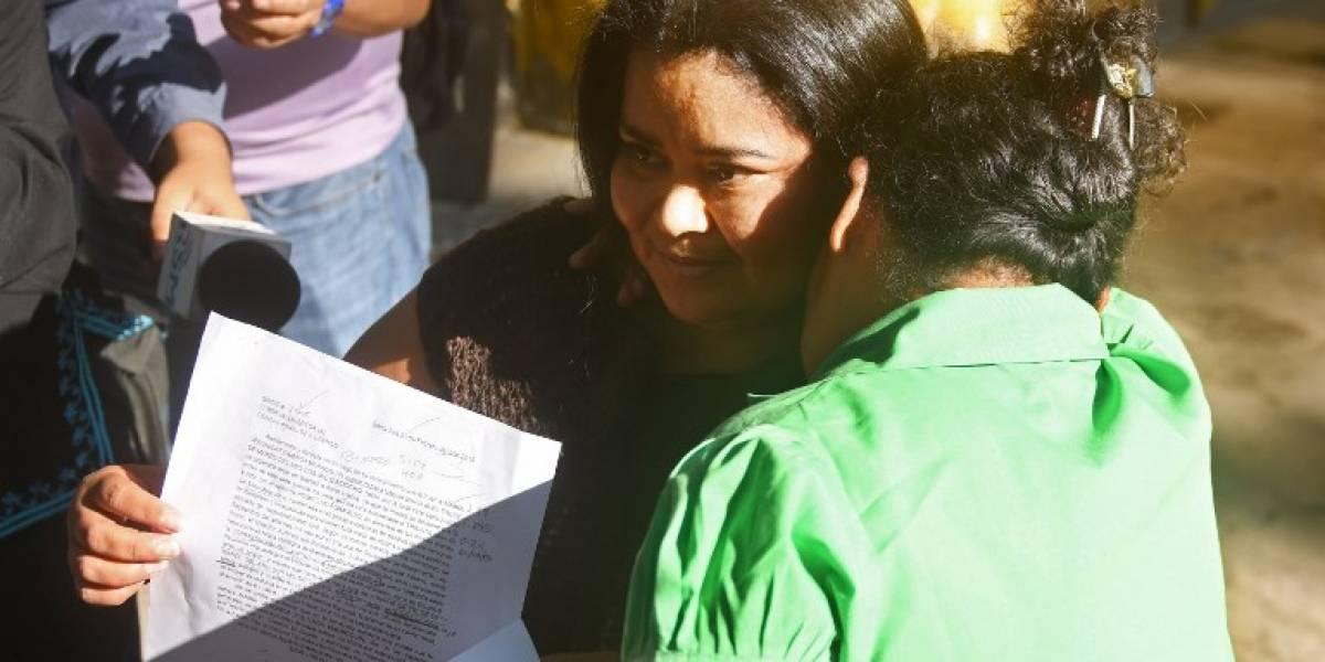 Liberan a salvadoreña condenada a 30 años por ley antiaborto