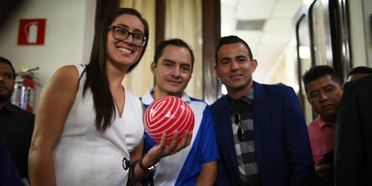Desesperados por plazo, futbolistas llegan con pelotas plásticas al Congreso a urgir cambios