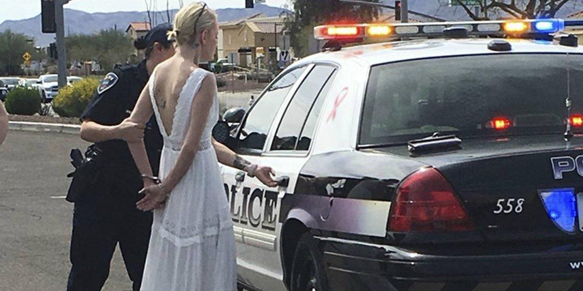 Nadie sabe si llegó a la hora: provocó un choque camino a su boda supuestamente bajo los efectos de alcohol y drogas y terminó en la comisaría