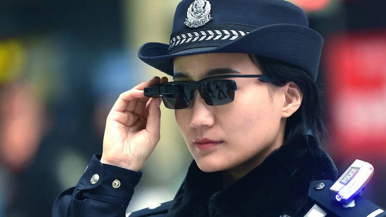 Policía china lentes inteligentes con reconocimiento facial
