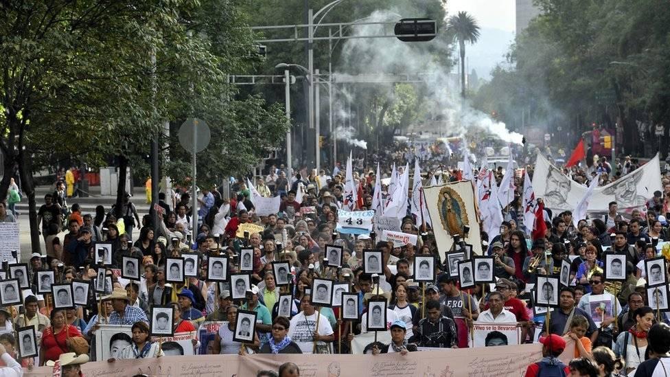 El día 26 de cada mes los padres de los normalistas de Ayotzinapa se manifiestan para pedir que las autoridades esclarezcan el paradero de los jóvenes desaparecidos. Getty Images