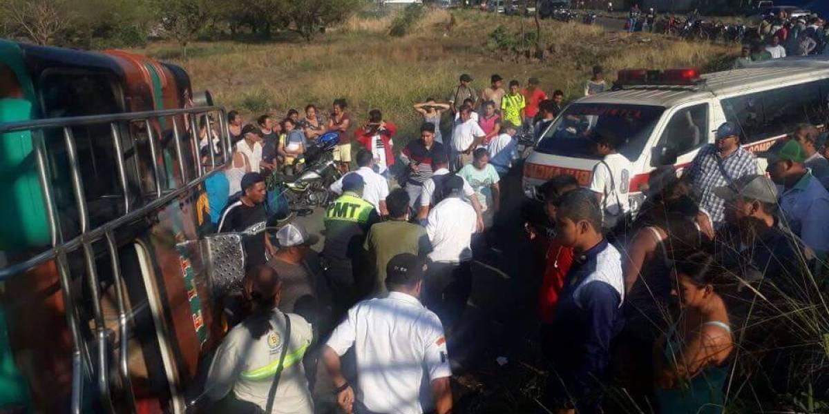 Varios heridos tras accidente de bus en Escuintla