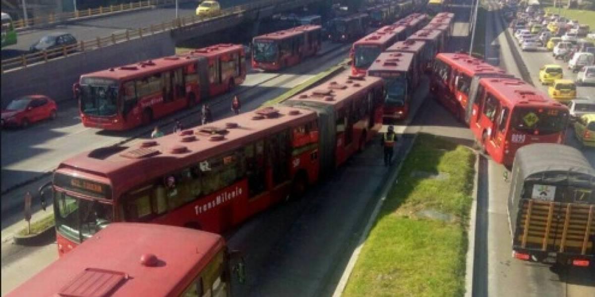 Bus varado en la Calle 100 bloqueó Transmilenio por la Autopista Norte