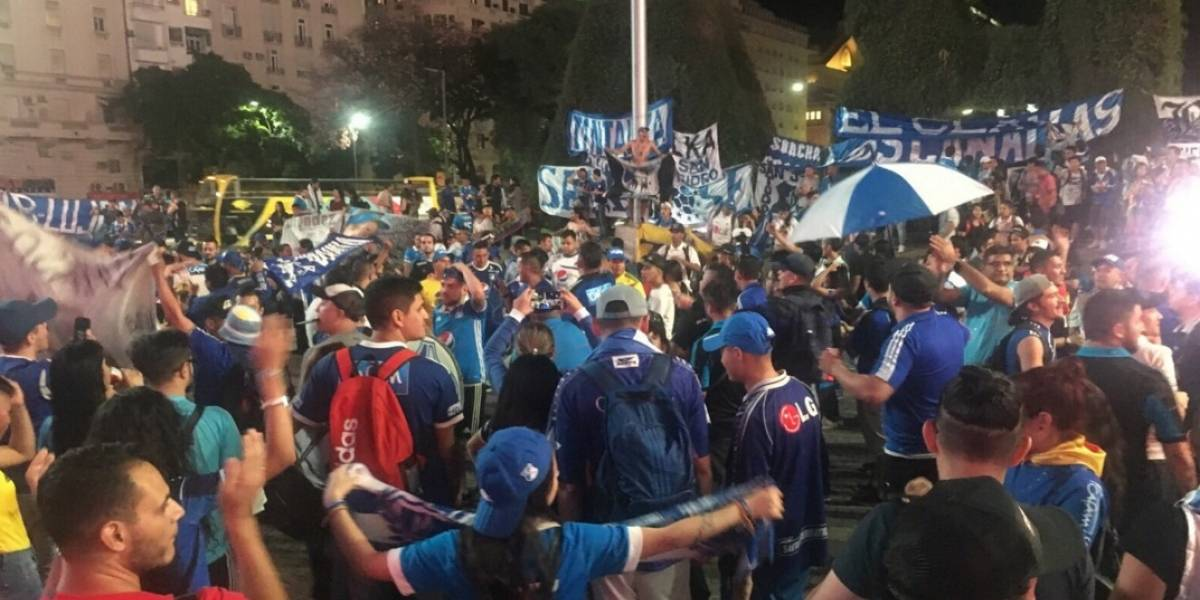 Hinchas de Millonarios se toman el Obelisco de Buenos Aires