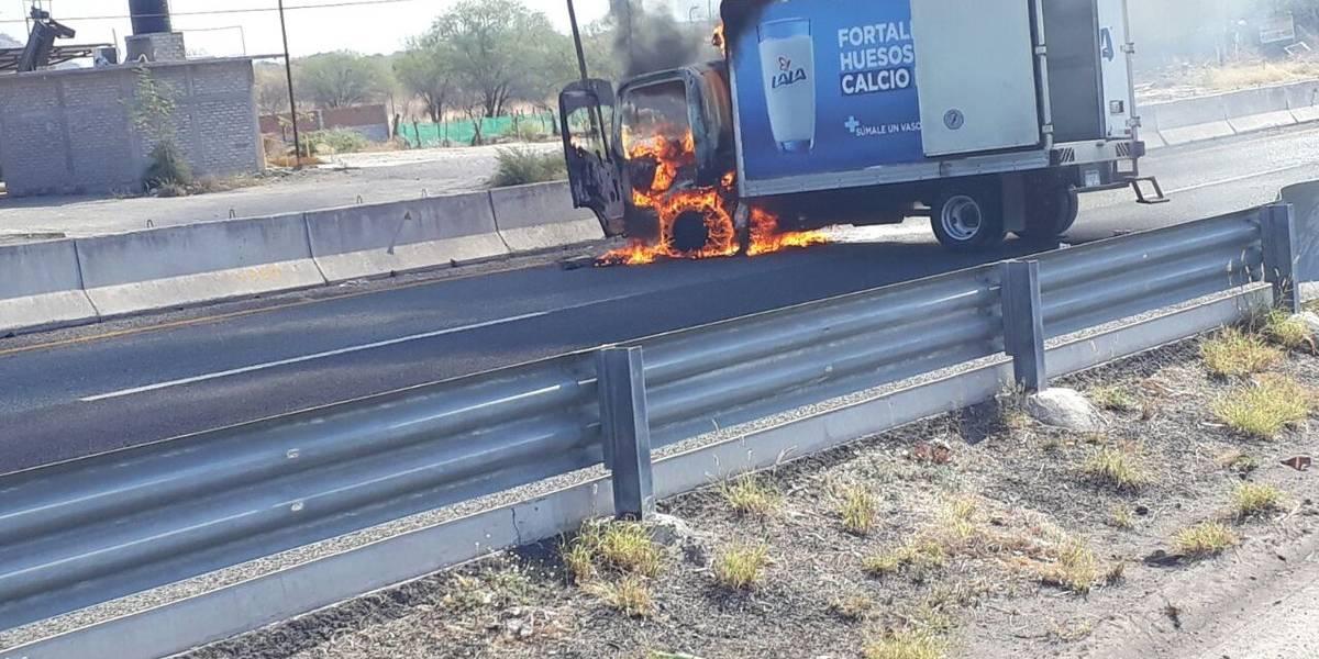 Grupo armado bloquea carreteras e incendia camiones en Michoacán
