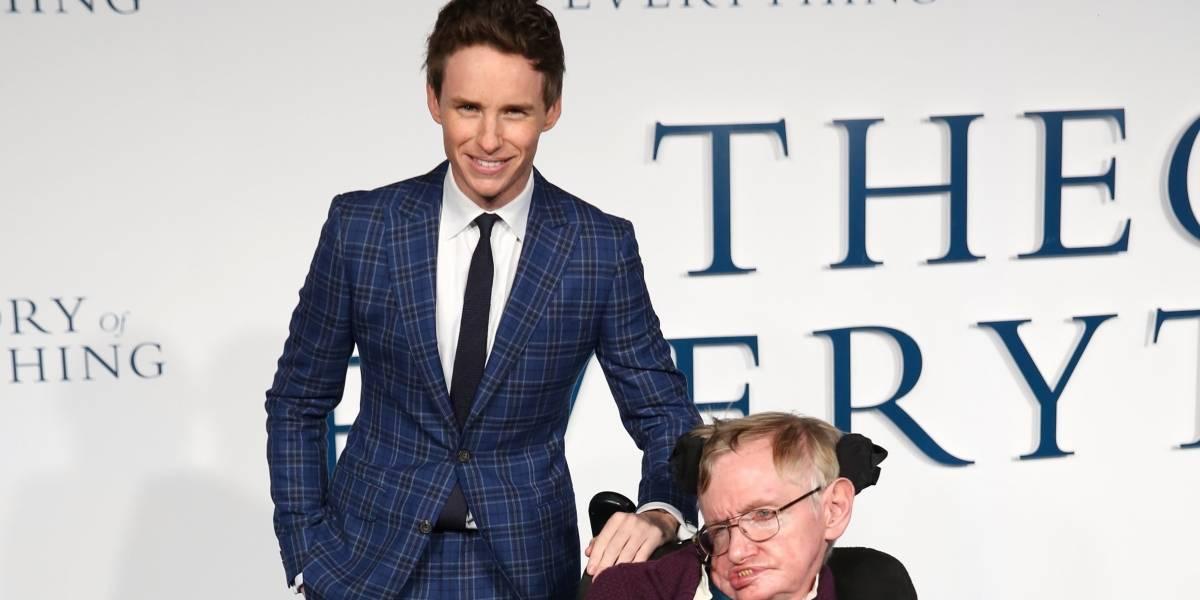 Intérprete do físico no cinema, Eddie Redmayne lamenta morte de Stephen Hawking