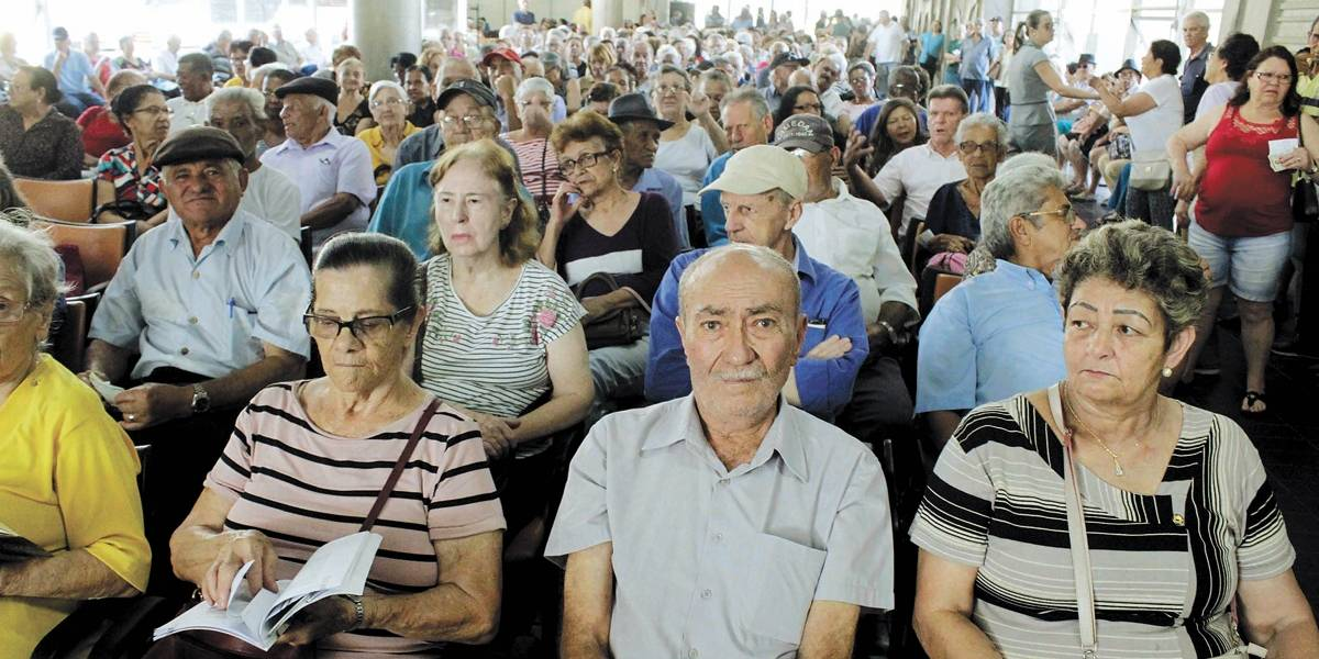 Santo André registra longas filas para novo cadastro de transporte para idosos