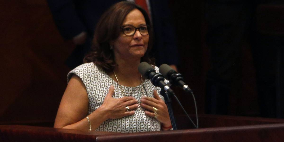 A Elizabeth Cabezas se le quiebra la voz en su discurso como presidenta de la Asamblea