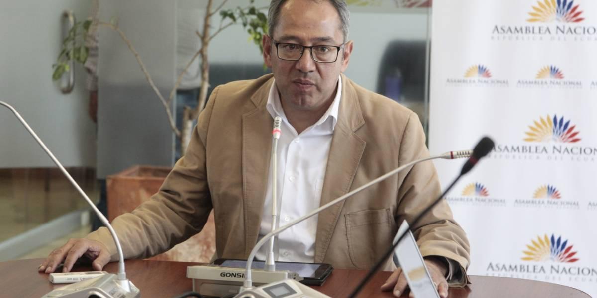 Augusto Espinosa renuncia a presidencia de la Comisión de Educación