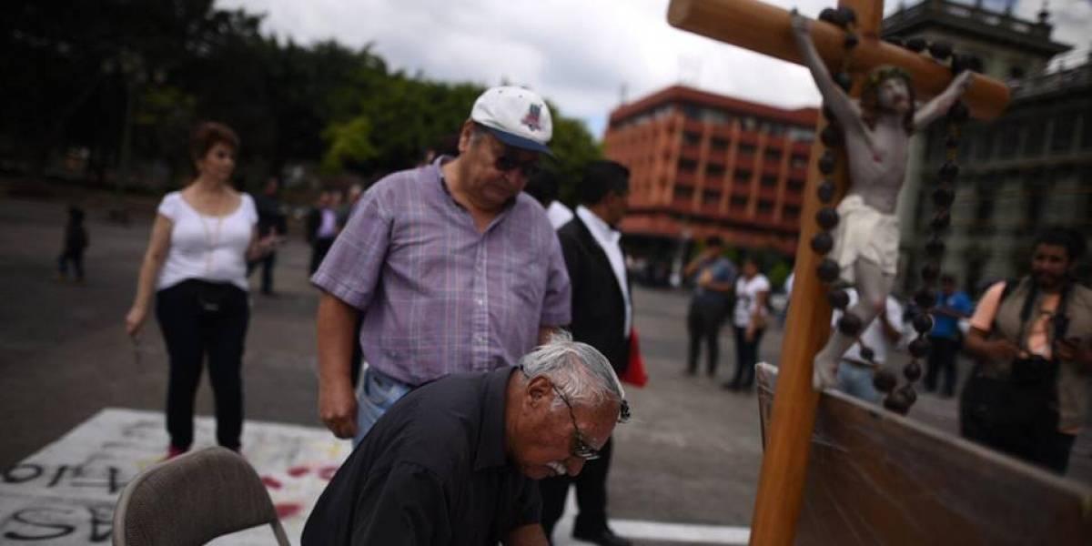 """Indignados muestran su rechazo por """"Procesión de la vulva"""" en la Plaza de la Constitución"""