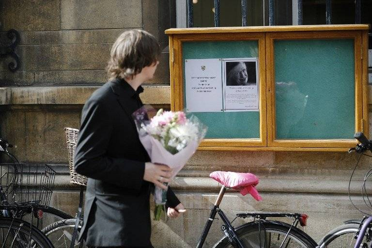 Despiden a Stephen Hawking en Cambridge