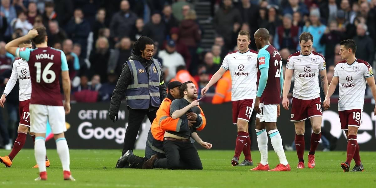 Tremendo castigo para aficionados del West Ham que invadieron la cancha