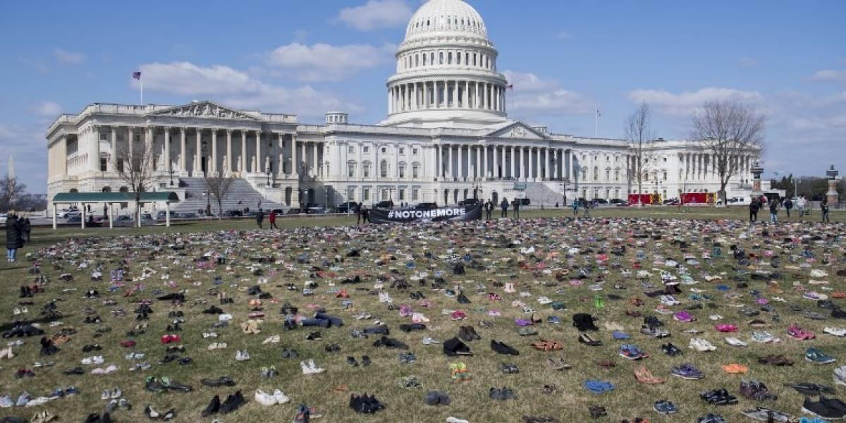 VIDEO. Colocan 7 mil pares de zapatos en el Capitolio que representan a menores fallecidos por armas
