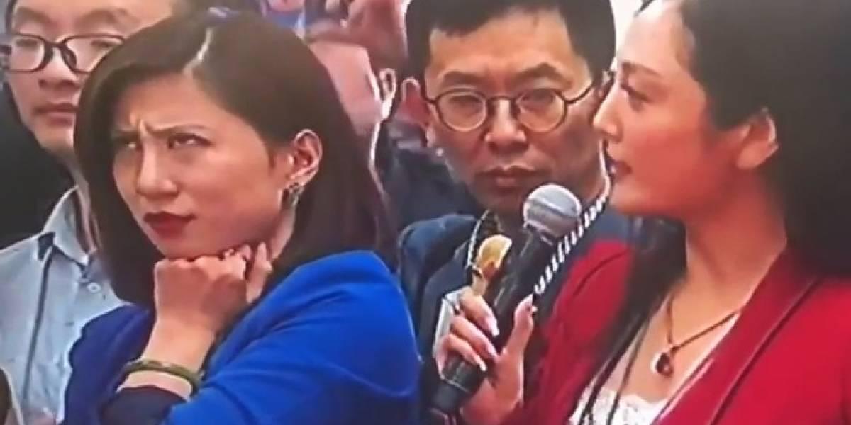 El video de una periodista china realizando sorprendentes gestos ante la cámara que se volvió viral (y qué dice eso de la censura en China)