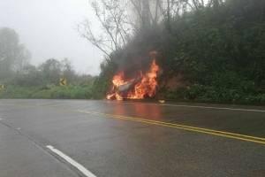 Vehículo se incendió en la vía Cuenca - Molleturo - El Empalme