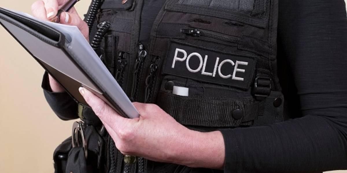 """Policía fue suspendida por tomarse una foto """"sexy"""" con el uniforme y su arma"""