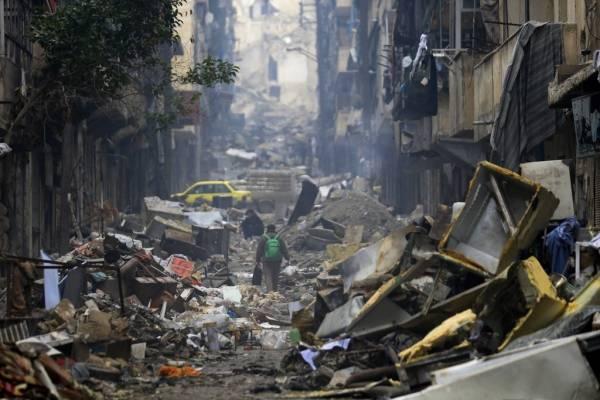 Siria,Residentes caminan entre los escombros del barrio de los Salaheddine, en el este de Aleppo, Siria. Foto de archivo del 20 de enero de 2017