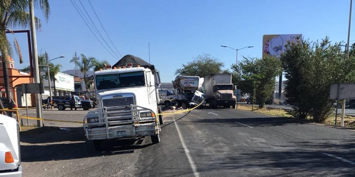 Accidente de tráileres en salida sur de Guadalajara causa fila de 15 kilómetros