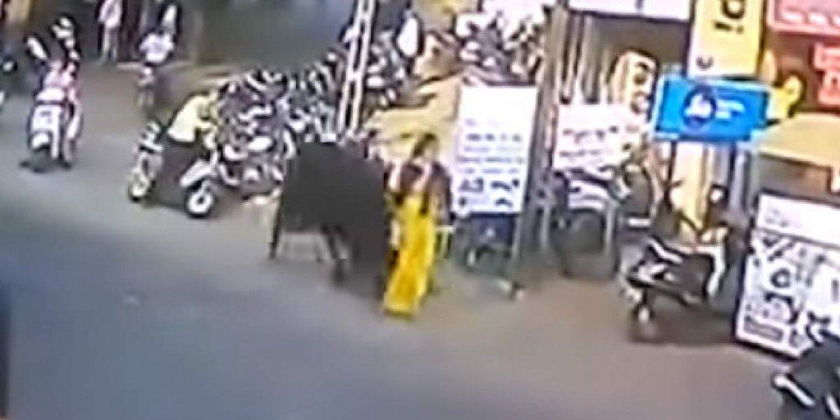 Vídeo mostra momento em que touro de 900 kg arremessa mulher pelos ares